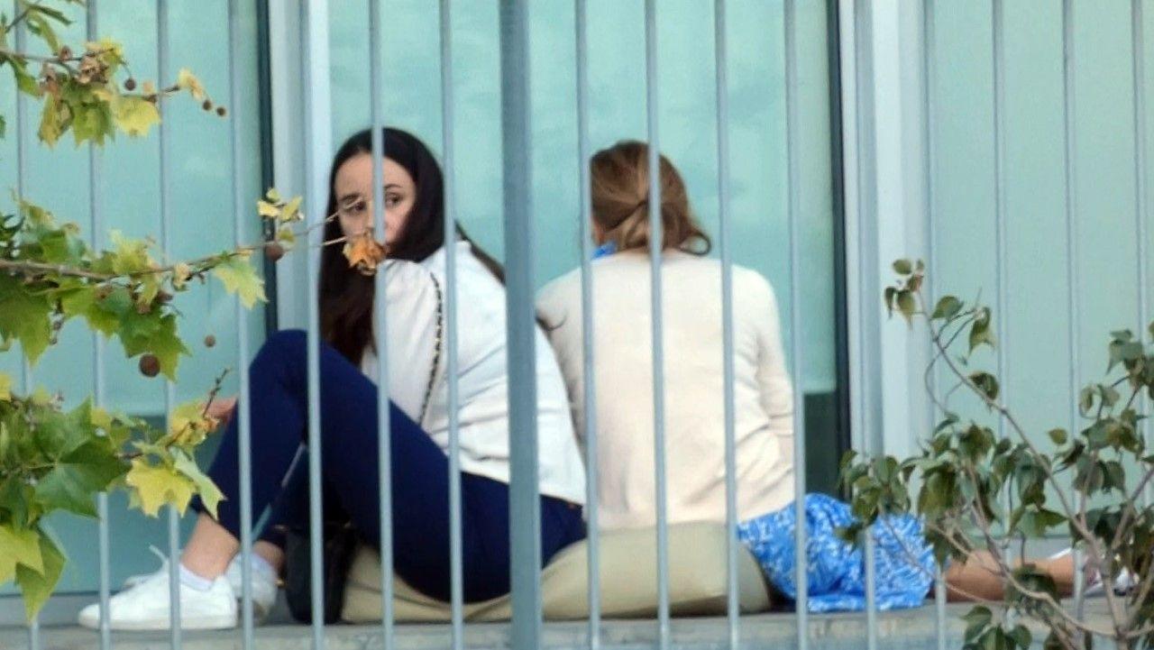 Carolina Monje, la novia de Álex Lequio, junto a Ana Obregón en la terraza de la habitación del hospital