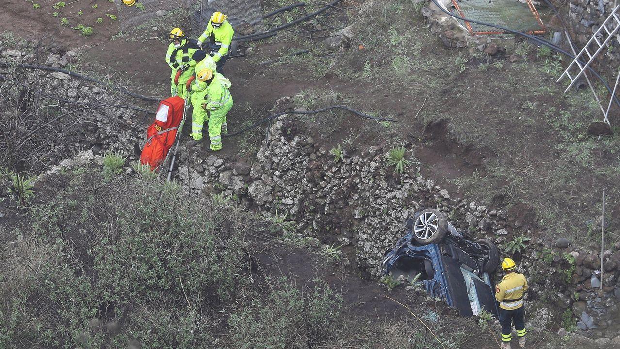 Los servicios de emergencia rescatan un cadáver de la familia que se precipitó con el coche
