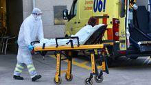 Traslado al hospital Álvaro Cunqueiro de un posible caso de contagio en la residencia de mayores viguesa de Barreiro
