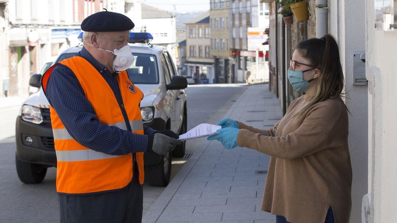 Protección Civil de A Fonsagrada entrega material escolar a una usuaria de la copistería municipal