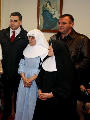 Aragunde y González entregaron sus donativos al asilo de Cambados.