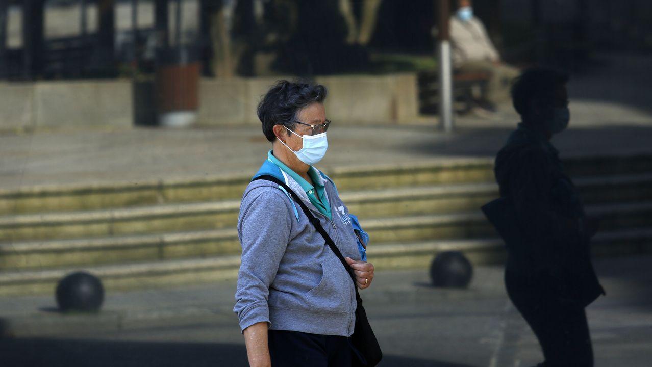 Imagen de gente paseando por Ribeira, concello que ayer bajó de los diez contagiados por covid