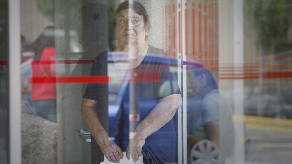 Concentración de las víctimas de Angrois en el Obradoiro.La diputada Eva Solla insiste en que el ritmo de la ampliación vulnera el plazo de los fondos FEDER.
