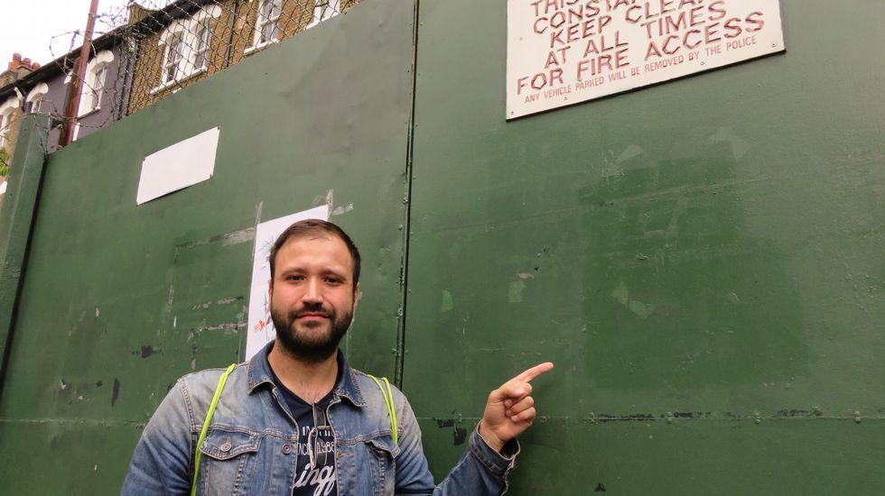 Manifestación en Londres contra el «brexit».El coruñés Álvaro Lebón señala dónde apareció la pintada xenófoba