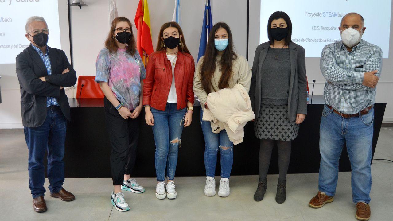 Las tres alumnas del IES A Xunqueira II, de Pontevedra, en la Facultade de Ciencias da Educación e do Deporte, donde defendieron su proyecto Stembach