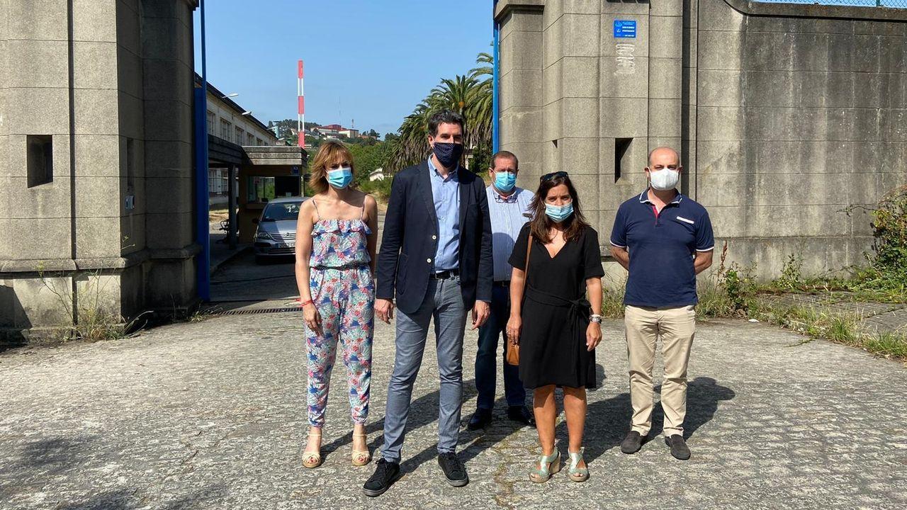 Inés Rey y Pablo Arangüena en su visita a la fábrica de armas en A Coruña