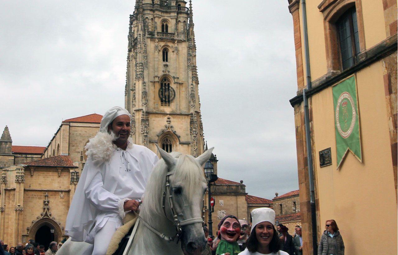 El heraldo de La Balesquida sale de la plaza de la Catedral