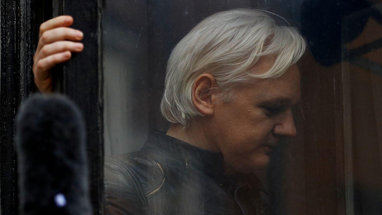 Julian Assange, durante su traslado tras ser detenido en la embajada de Ecuador en Londres