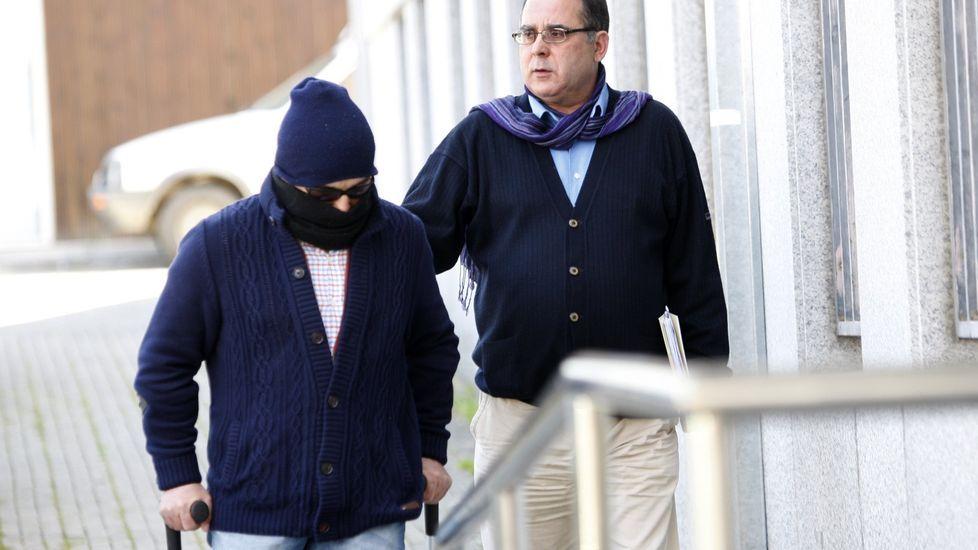 Incendio en Arteixo.El ganadero procesado, con el rostro tapado, en una de sus comparecencias judiciales, acompañado por su abogado