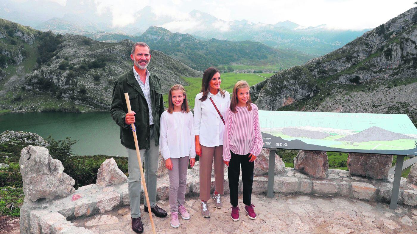El Rey con los cuatro expresidentes de la democracia.La familia Real en los Lagos de Covadonga