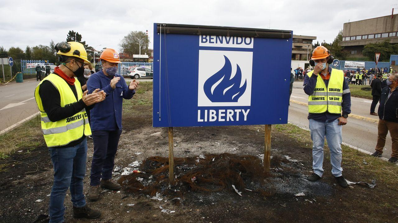 Zan, de azul, con otros miembros del comité de empresa, este domingo, a la entrada de la fábrica, dándole la bienvenida a Liberty, interesada en comprar la factoría