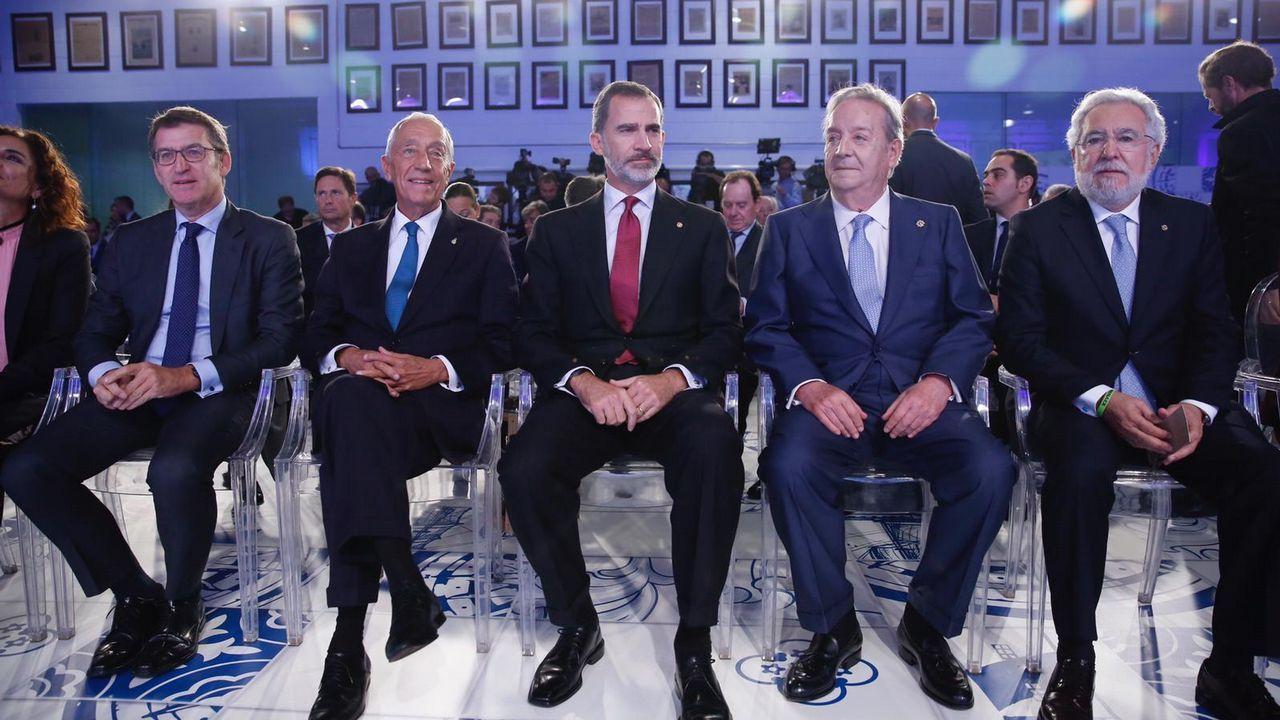Núñez Feijoo, Rebelo de Sousa, Felipe VI, Santiago Rey Fernández-Latorre y Miguel Santalices antes de arrancar el acto