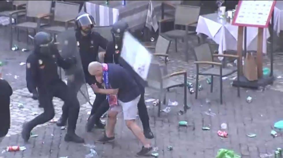 Carga policial contra seguidores del Leicester en la Plaza Mayor de Madrid