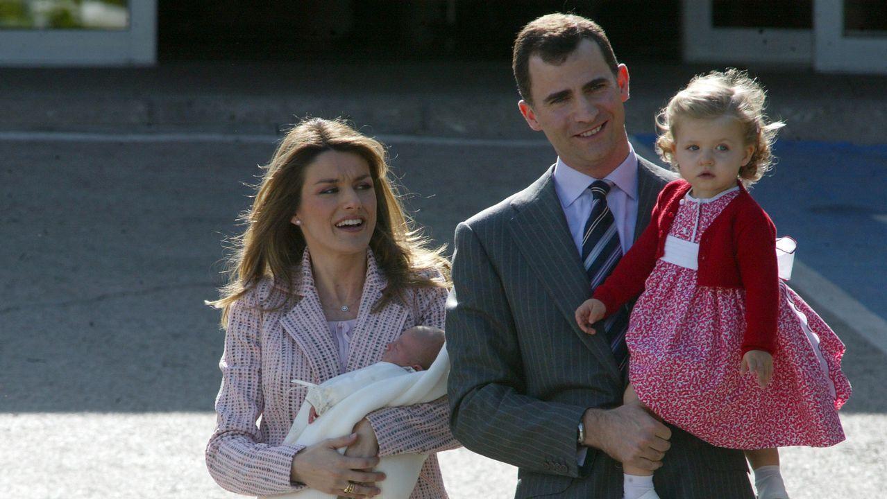 2007. Nacimiento de la infanta Sofía. Los príncipes con la infanta Leonor