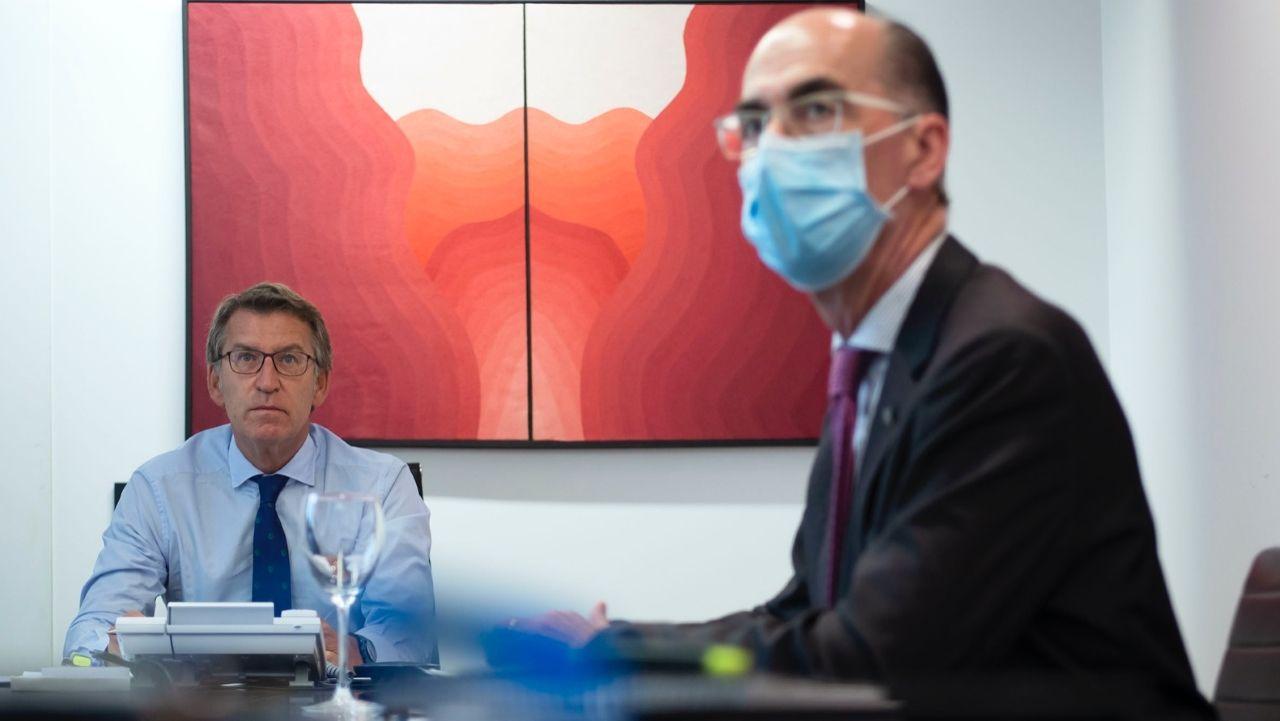 El conselleiro Vázquez Almuiña y Alberto Núñez Feijoo en  la reunión del comité de Sanidade