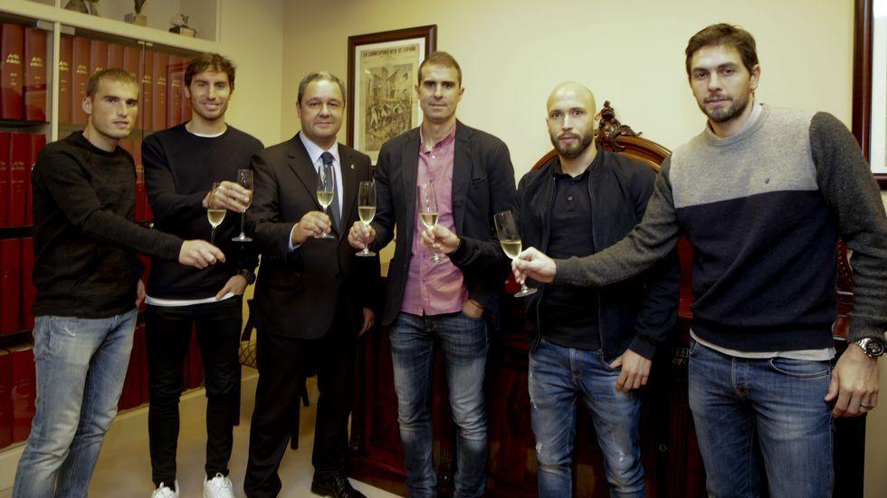 El Dépor prepara la final de Butarque.Mosquera, ante Vitolo y con Mateu detrás, disfrutó contra el Sevilla su última titularidad.