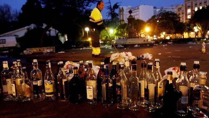 Restos del botellón en Méndez Núñez.La pleamar destrozó las primeras hogueras por la tarde.