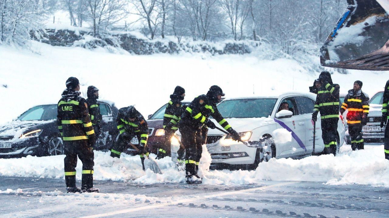 Colapso en la carretera por el temporal de nieve.Autovía A-52 sentido Madrid