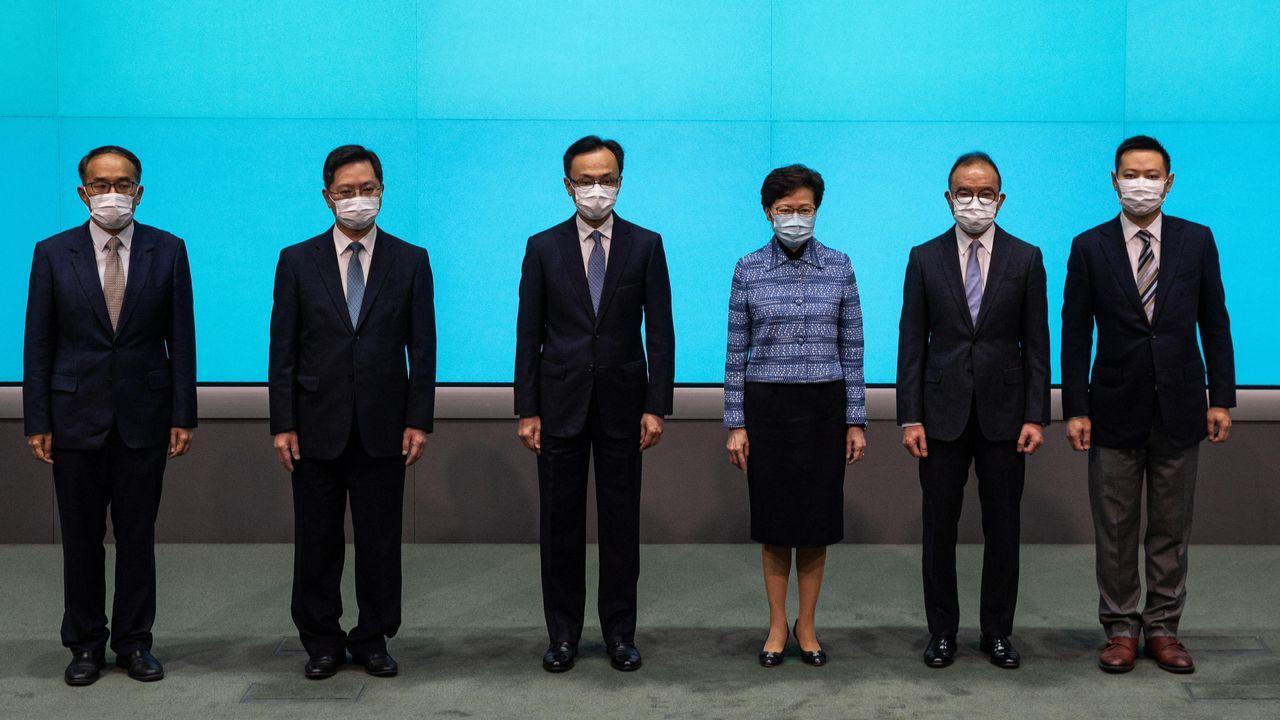 La primera ministra Lam posa con los nuevos ministros