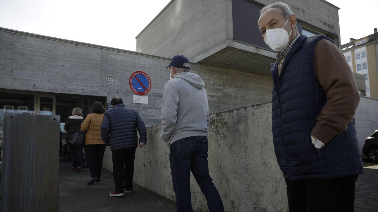 Colas en el centro de salud de Os Mallos, en A Coruña