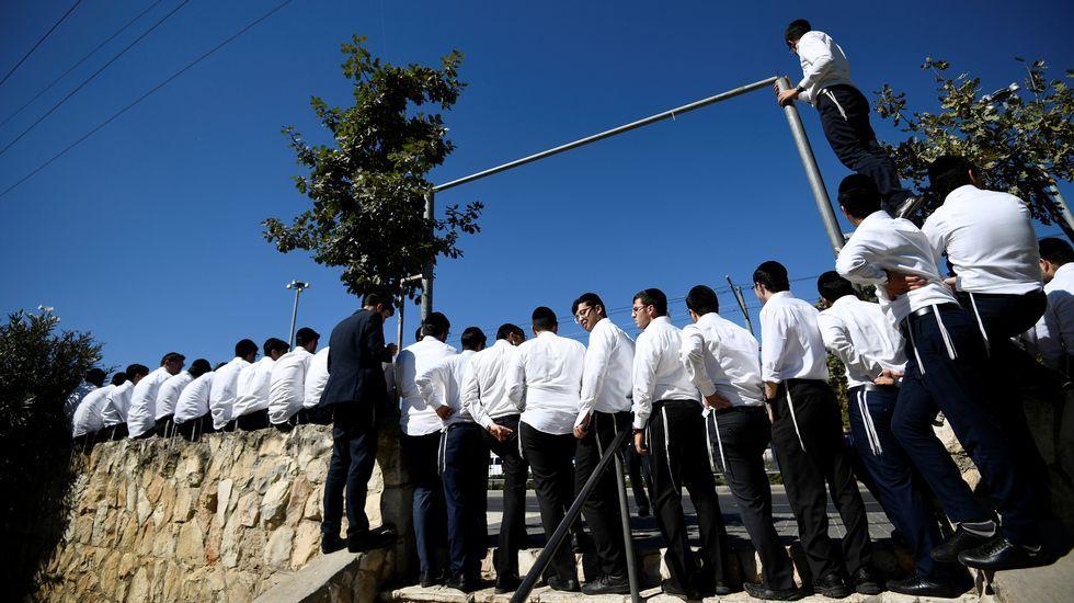 Jóvenes ultraortodoxos judíos siguen el acto en memoria de Peres