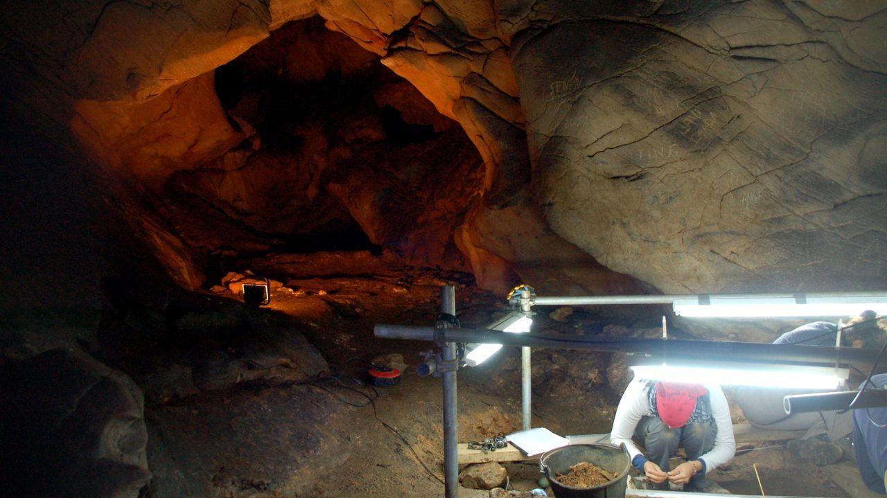 Arqueólogos trabajando en la galería donde se conservan las muestras de arte rupestre paleolítico