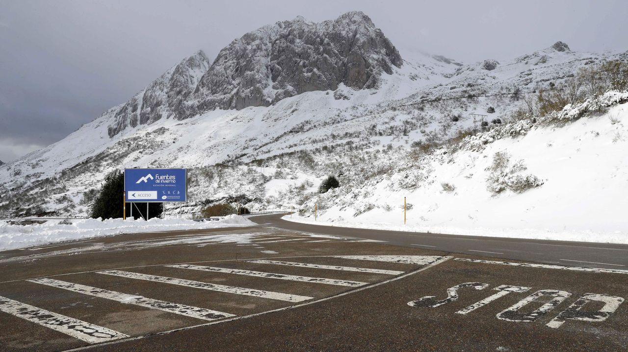 Nieve en Asturias en el mes de junio.Lugar del accidente en el que ayer domingo, perdió la vida un hombre tras ser atropellado en las inmediaciones de la estación invernal asturiana de Fuentes de Invierno mientras colocaba las cadenas de su vehículo,
