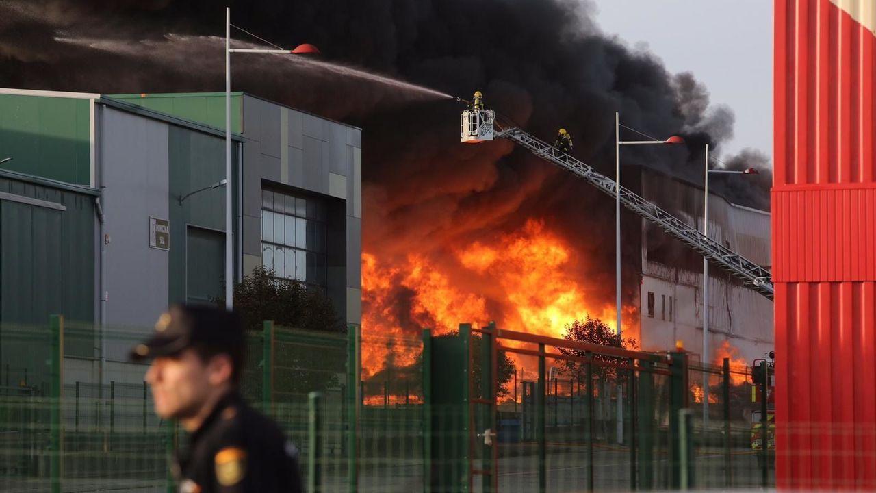 Así amaneció tras el incendio la fábrica de bolsas de papel de Narón
