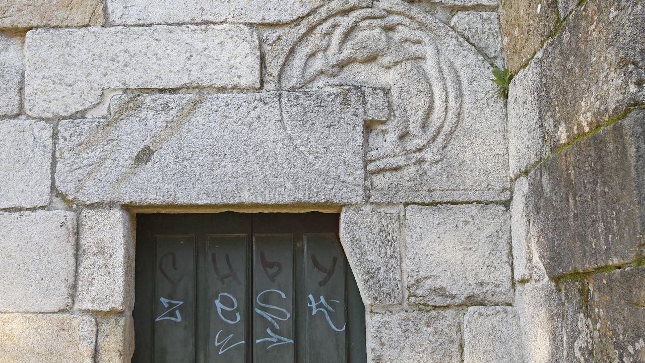 La puerta de la iglesia románica de Bembivre también fue atacada