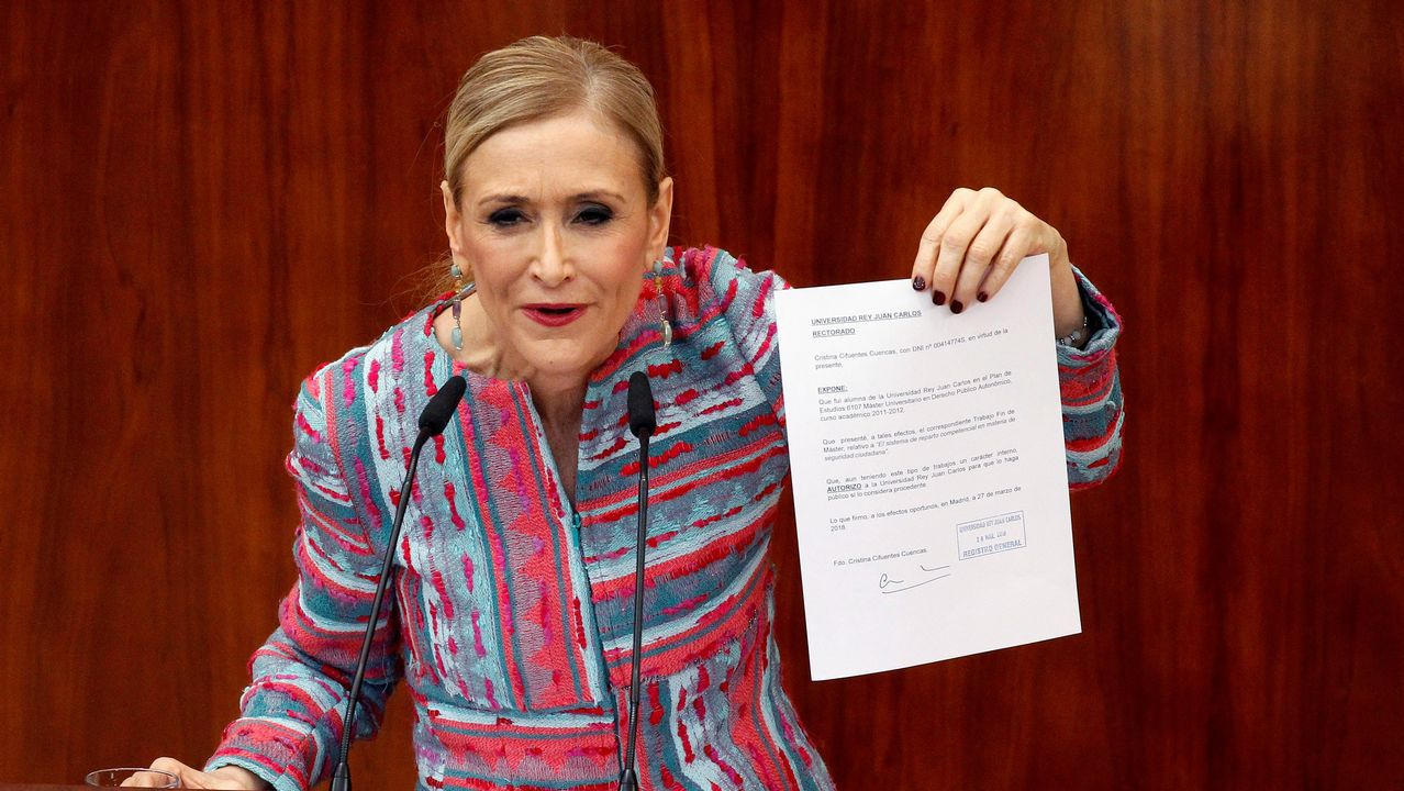 Anticorrupción pide imputar a Aguirre y a Cifuentes por la financiación ilegal del PP de Madrid.Cifuentes muestra uno de los documentos que aportó, entre los que no estaba el trabajo final
