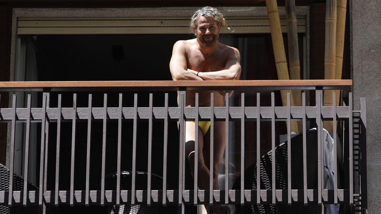El peluquero Paco Gallego disfrutando de un poco de sol en su balcón
