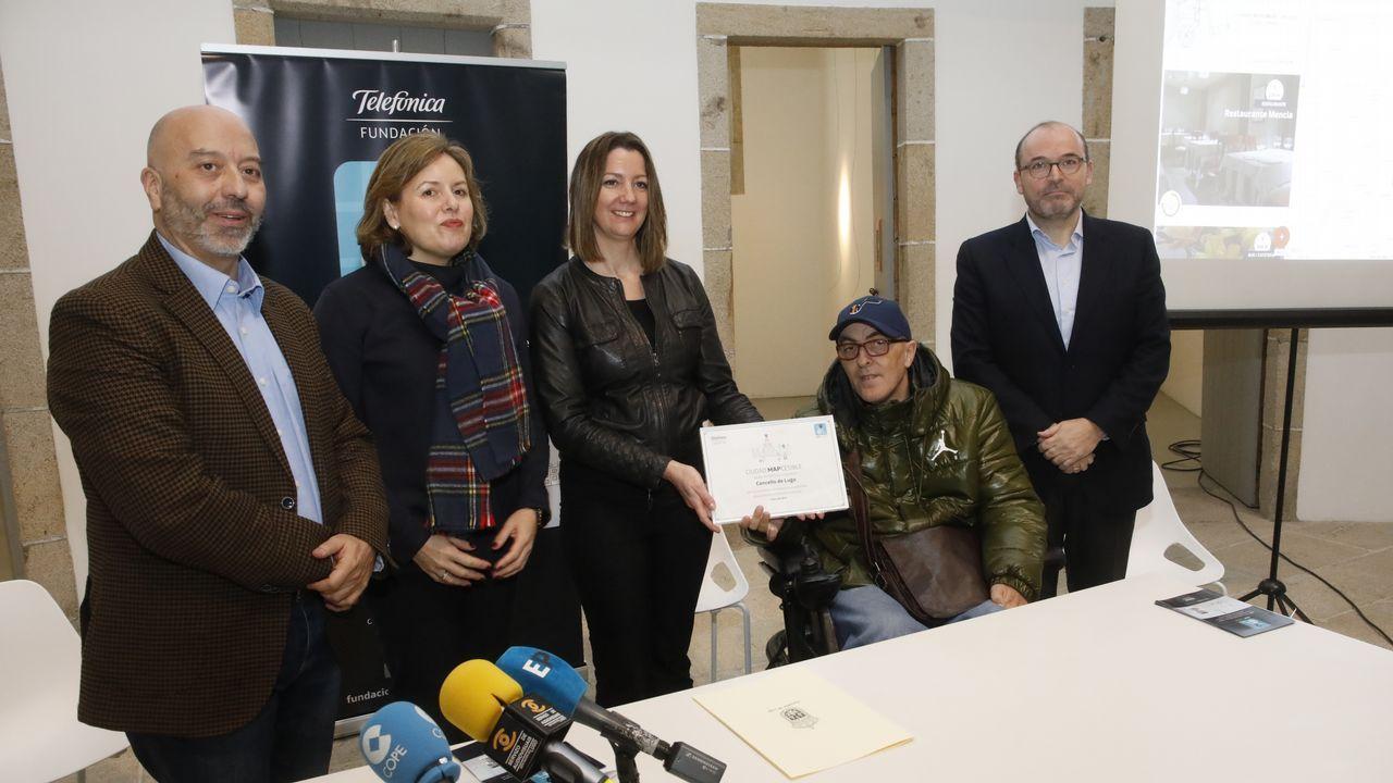 Así es el Rof Codina por dentro.Pachi Vázquez dialoga con el alcalde de Ourense en presencia de Rogelio Martínez (centro)
