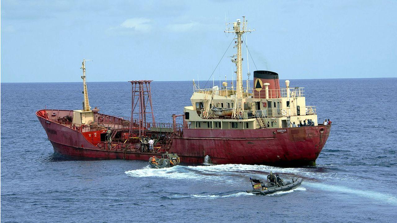 Las imágenes de la despedida a la fragata Méndez Núñez en el Arsenal de Ferrol.El buque logístico A-15, durante la maniobra de salida de su base, en Ferrol, el pasado lunes