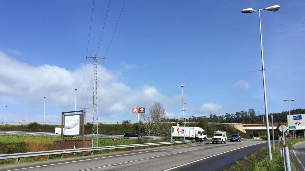 autopista, fuga, huida, autopistas, Asturias, kamikaze, kamikazes.Tuberías para el futuro oleoducto de Repsol almacenadas en Punta Langosteira