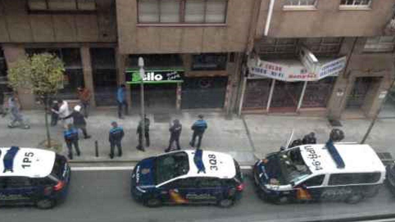 En la madrugada del sábado 1 al domingo 2 de abril del 2017, la comisaría de Santiago montó un dispositivo junto a la Policía Local en el marco del cual los agentes entraron en el pub Stilo ?en la imagen, un momento de la operación? y se produjo el incidente con uno de los clientes