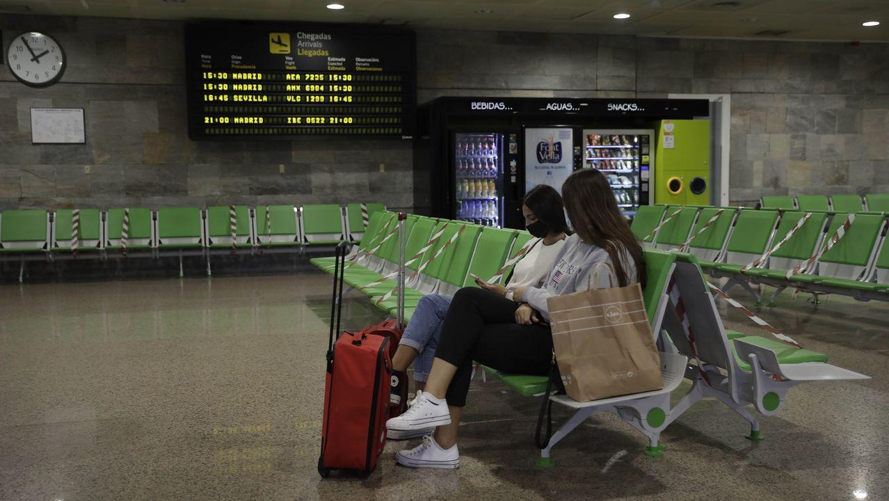 Pasajeras en el aeropuerto de Alvedro el pasado mes de septiembre