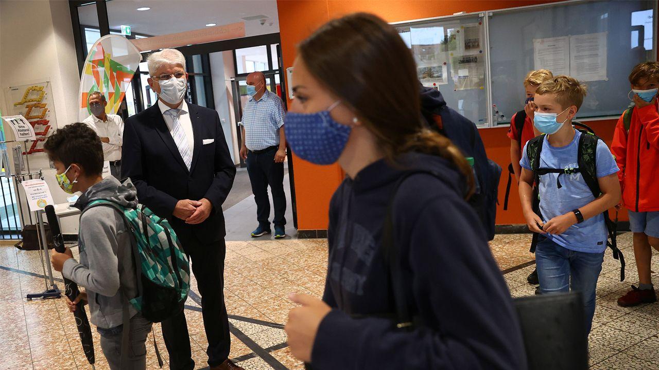 El director de una escuela alemana recibe a los alumnos el primer día de clase bajo las medidas anticovid