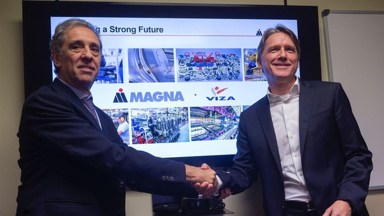 El presidente de Viza Automoción sellando el contrato de venta a la norteamericana Magna