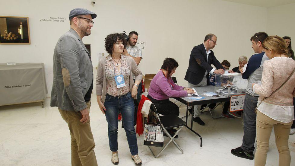 El candidato de Compostela Aberta, Martiño Noriega, votó por correo pero esta mañana se acercó hasta el CGAC de Santiago.