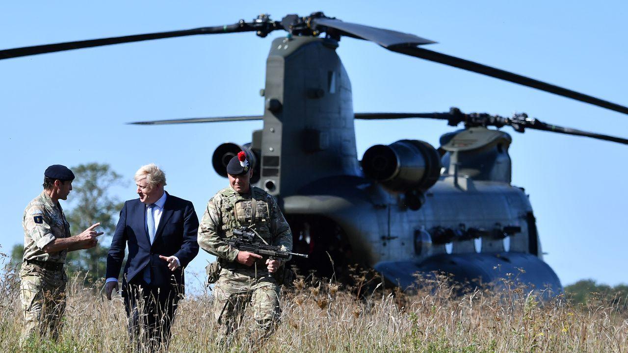 Johnson visitó este jueves una base de entrenamiento  militar cerca de Salisbury