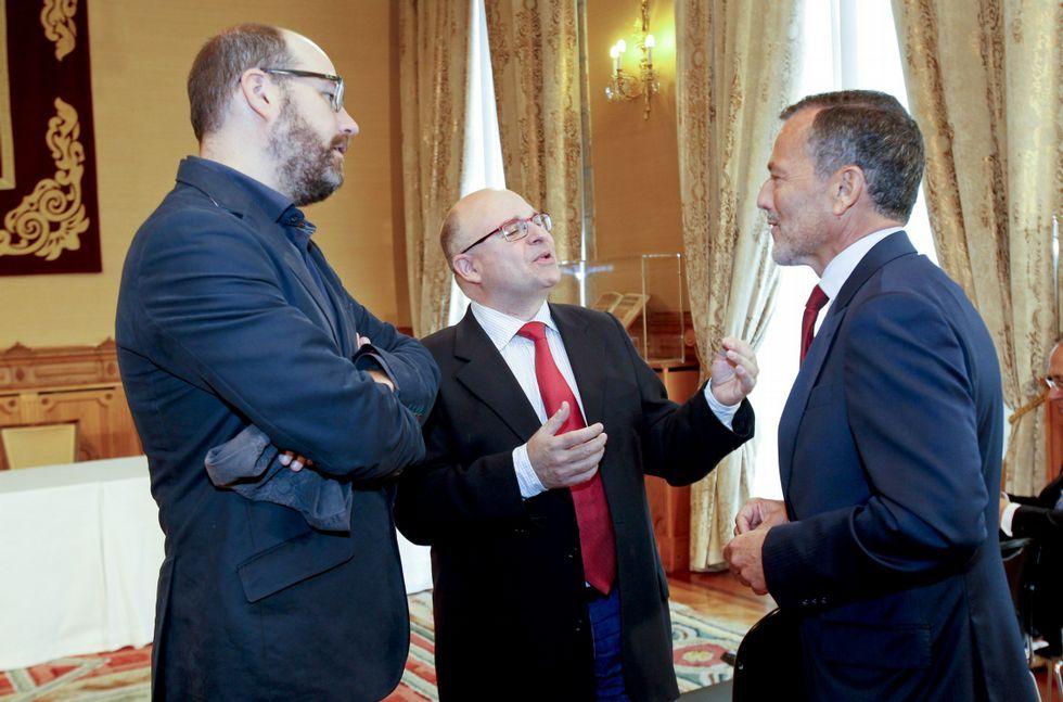 Rajoy participa enun acto de Nuevas Generaciones en Ourense.Hernández supera el sueldo de Noriega y Reyes (como Cela) cobra como la mayoría de los ediles.