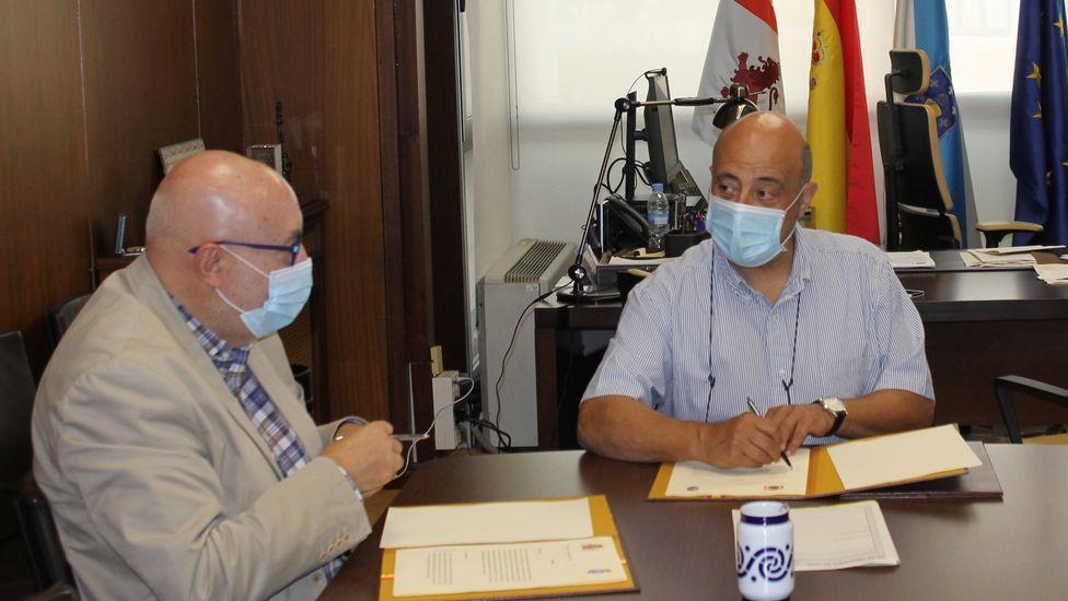 El alcalde de Barbadás, Xosé Carlos Valcárcel, y el presidente de la CHMS, José Antonio Quiroga, firmaron un convenio de colaboración