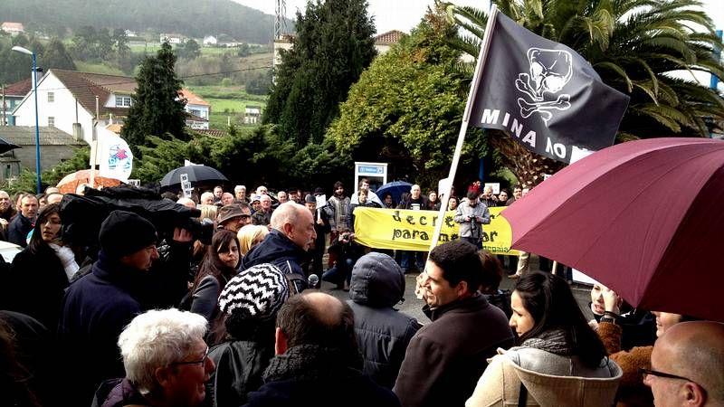 Escrache contra los desahucios frente a la sede del PP en Lugo