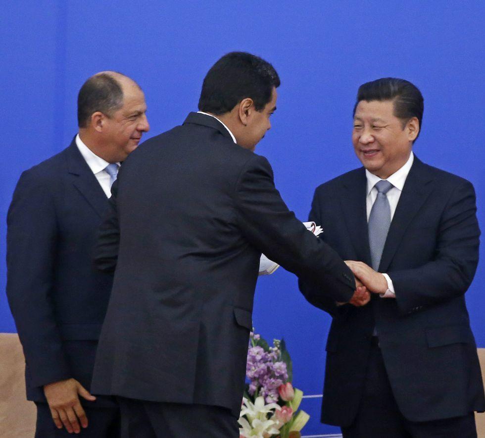 Los presidentes Maduro (Venezuela) y Solís (Cosa Rica) saludan al chino, Xi Jinping.