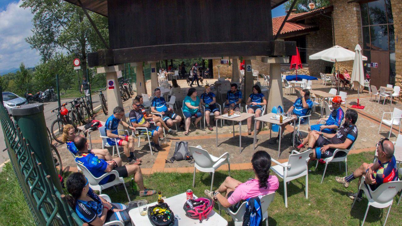 Un grupo de ciclistas descansa en un bar del parque de Invierno de Oviedo, este sábado