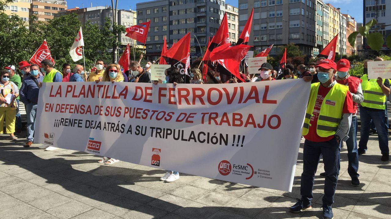 Imagen de la vía con el tercer carril para ancho internacional en pleno casco urbano de Ourense