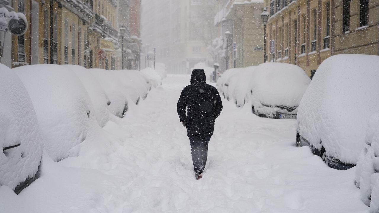 Las calles madrileñas despertaron este sábado totalmente cubiertas de nieve