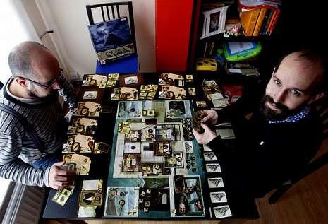 Los momentos previos al asesinato que inició la Gran Guerra.Adrián Ferreiro, a la derecha, es el director de la empresa viguesa que hace juegos de tablero.