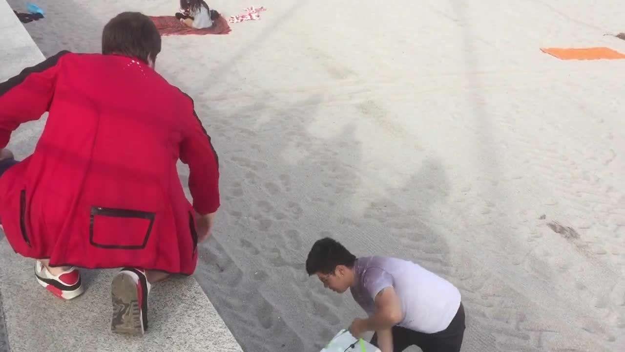 Los más madrugadores llegaron a la playa a las 20.00 horas del sábado