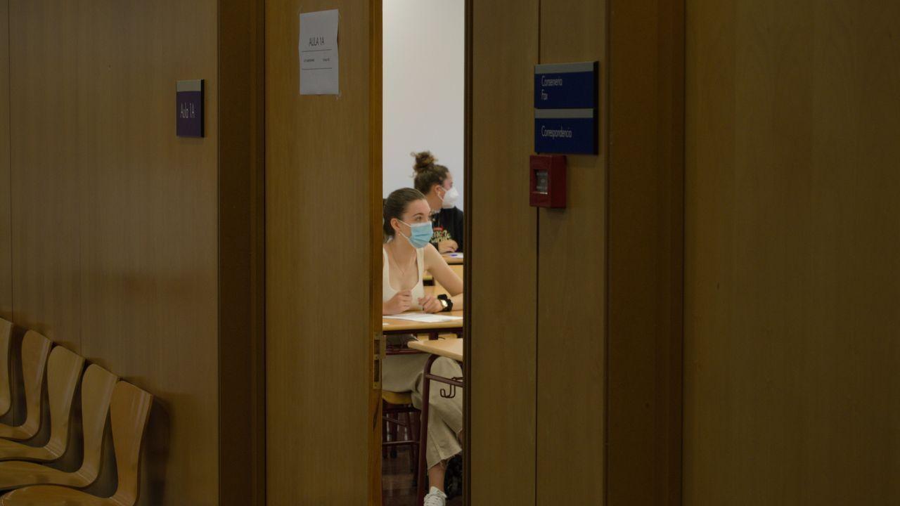 Primer día de selectividad en Galicia, en imágenes.Minutos antes de comenzar la selectividad 2020 en un aula de la Facultad de derecho de la UDC